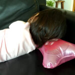 【100均便利育児グッズ】寝苦しい夜も快眠。ひんやりエアーまくら
