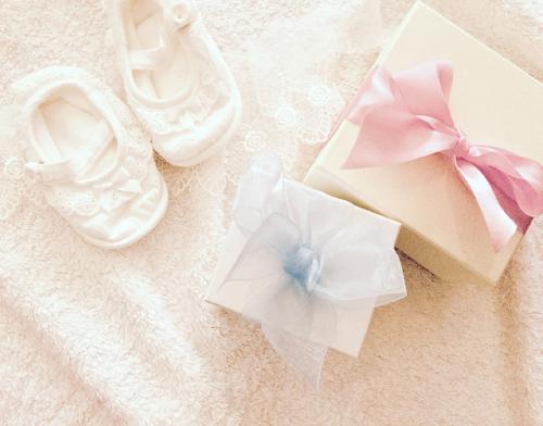「出産祝い|友達に喜ばれるプレゼントBEST7|先輩ママ達がお答え!金額相場や、実用品やオシャレなおすすめギフトの紹介|mamae(ママエ)」のアイキャッチ画像